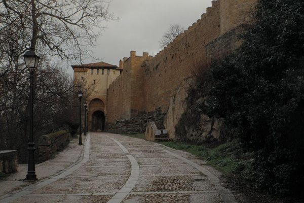 visitasegovia-muralla-puerta-de-Santiago